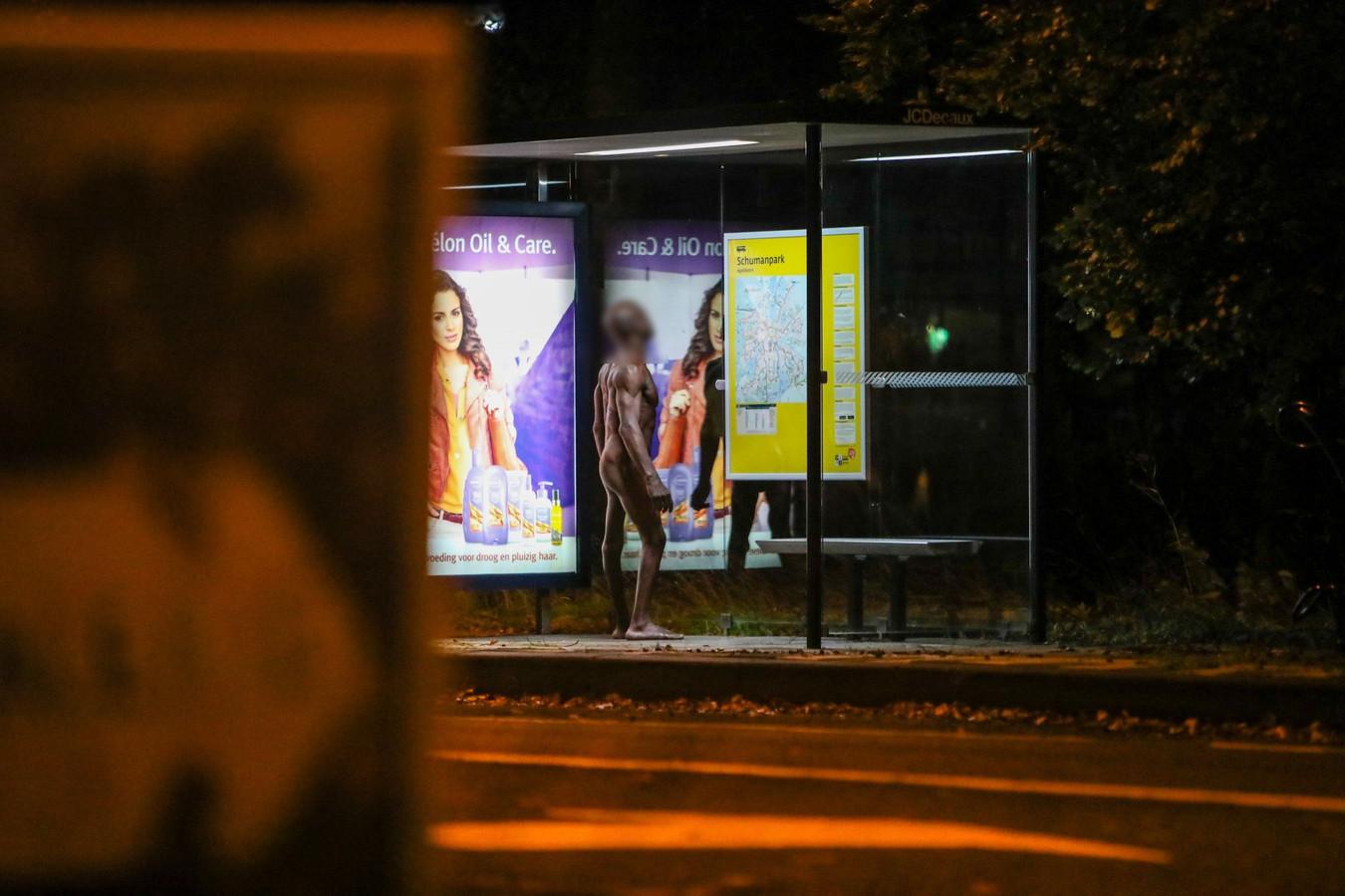 Een naakte man zorgt bij een bushokje vlakbij het politiebureau in Apeldoorn voor onrust.