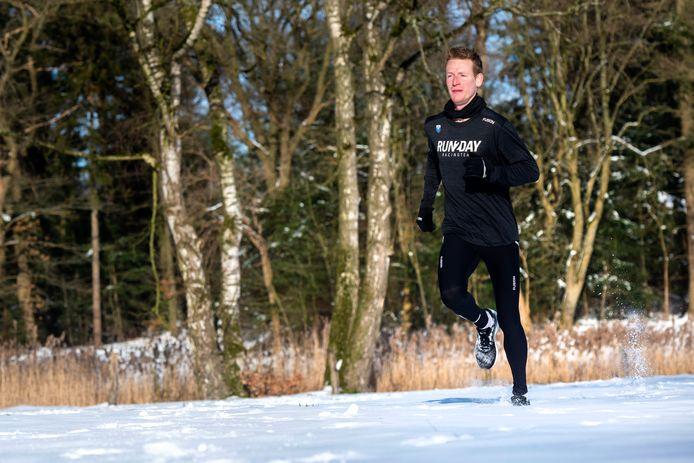 Topatleet Joeri Wolf maakt zich niet druk om extreme kou of sneeuw; hier loopt hij op landgoed Warnsborn in Arnhem.