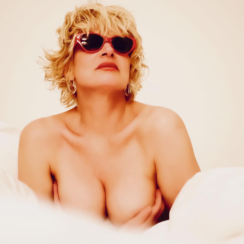 'Ook in bed kom ik graag aan mijn borsten – niet erotisch, maar gewoon voor de gezelligheid. Ze zijn zo lekker zacht.' Beeld Filip Hamerlinck