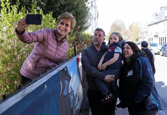 De Schotse premier en leidster van de Schotse Nationalistische Partij SNP Nicola Sturgeon maakt een selfie met aanhangers.