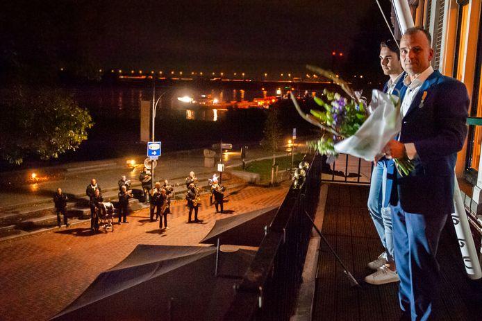 Gerard Bambacht op het balkon van De Verdraagzaamheid voor een aubade van Zwajé.