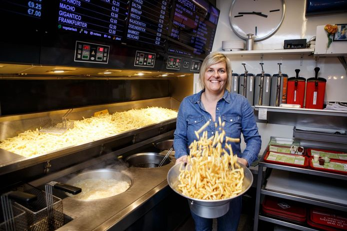 Uitbaatster Cindy Sanctorum schudt de frietjes op.