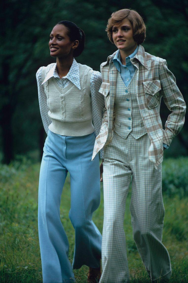 Model Beverly Johnson (links) wist in de jaren zeventig al onverwachte cool aan het gilet te geven, door hem te combineren met soulpijpen en pofmouwtjes.  Beeld Getty