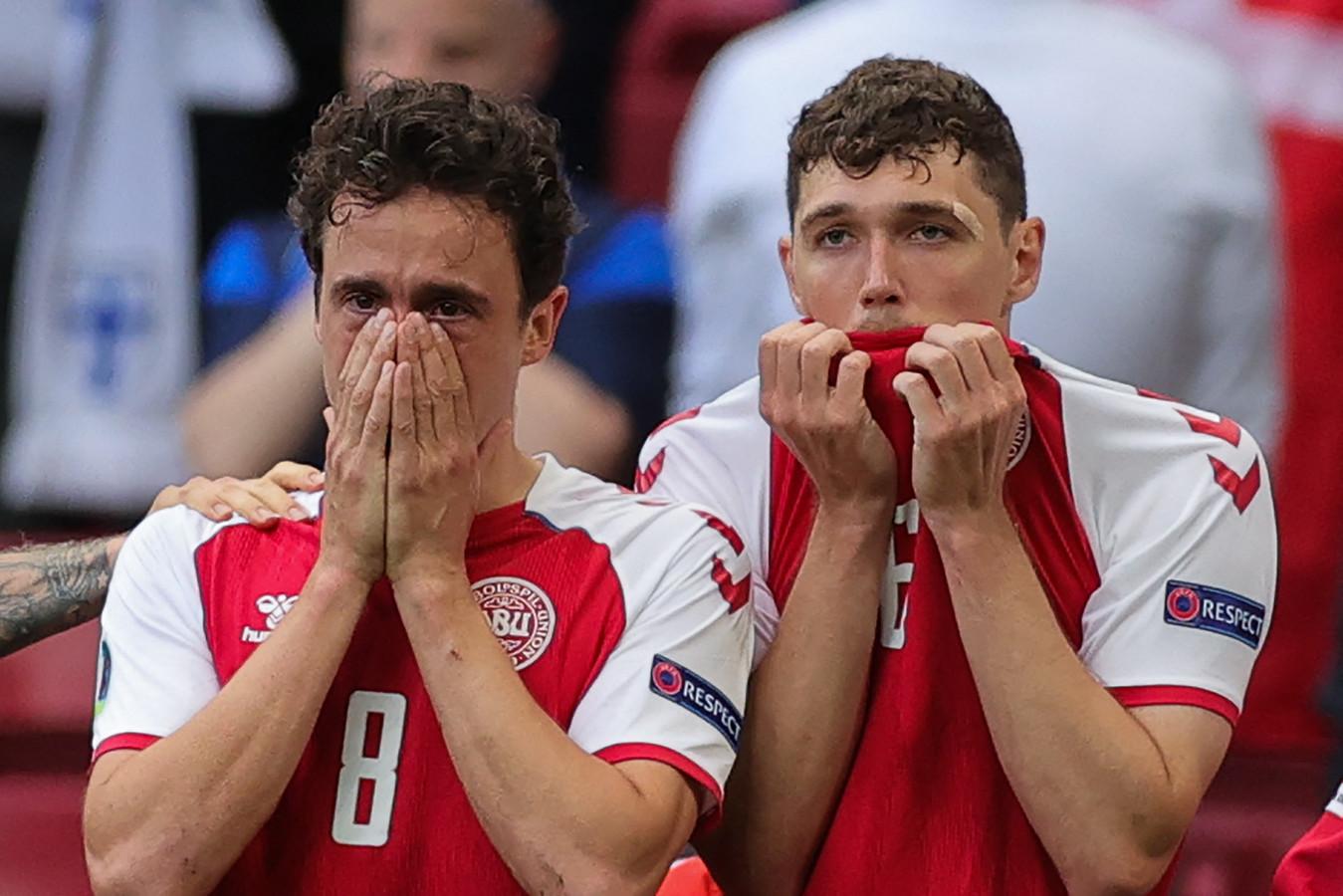 Thomas Delaney en Andreas Christensen zijn na het incident met Christian Eriksen overmand door emoties.