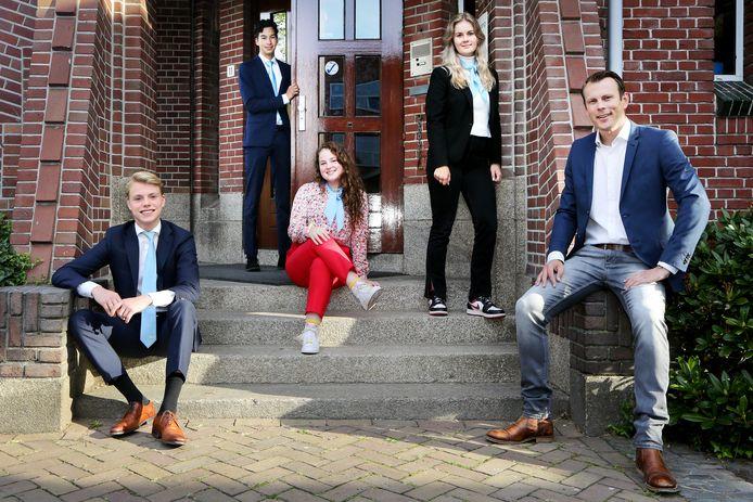 Docent en IBC-projectleider Patrick van den Berg (rechts), samen met vier leerlingen van het OLV in Breda die het International Business College volgen, v.l.n.r.: Hessel Luijken, Chiel van Nes. Lisa van de Ree en Sophie Buijsen.