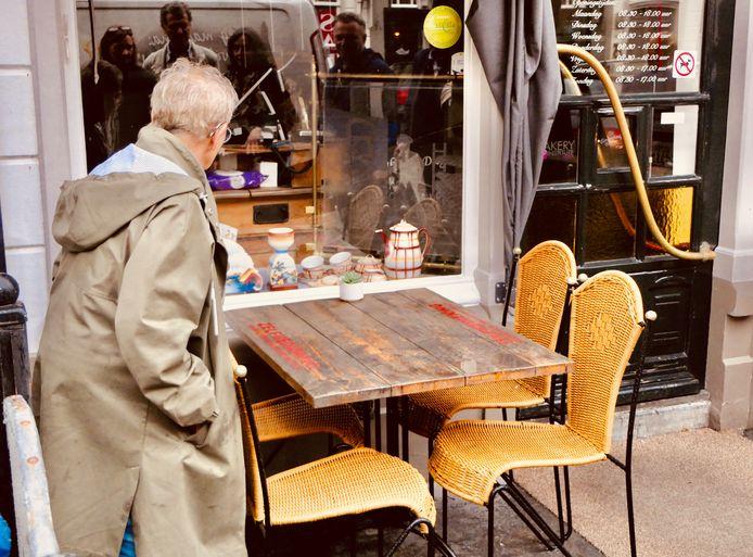Keramiek in de etalage van Bakkertje Deeg, in de vesting Heusden