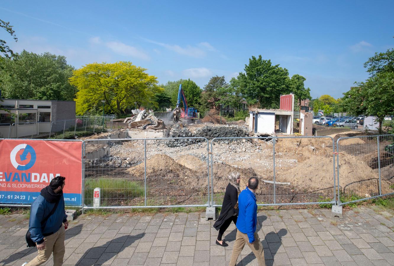 De sloop van de voormalige bibliotheek in Rhenen vordert snel.
