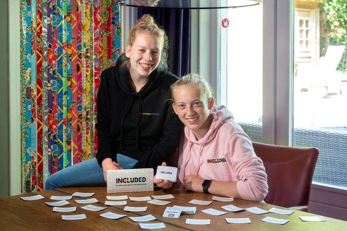 Jura Bakx (links) en Mette Geerling hebben een kaartspel ontwikkeld dat moet helpen taboes te doorbreken.