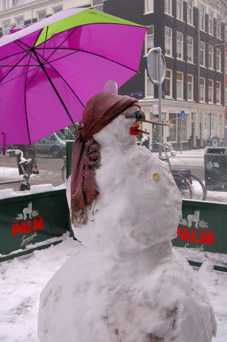 Een sneeuwpop op een binnenplaats van een cafeetje aan de Oldenbarneveldstraat. Foto Anne Van de Pals Beeld