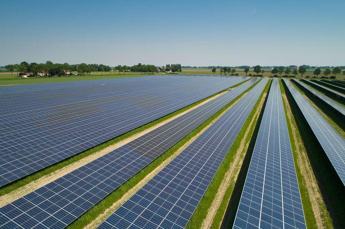 Een zonnepark van veertien hectare bij Emmeloord.
