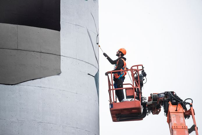 Robin Nas aan het werk bij de silo's van Sibelco in Winterswijk.