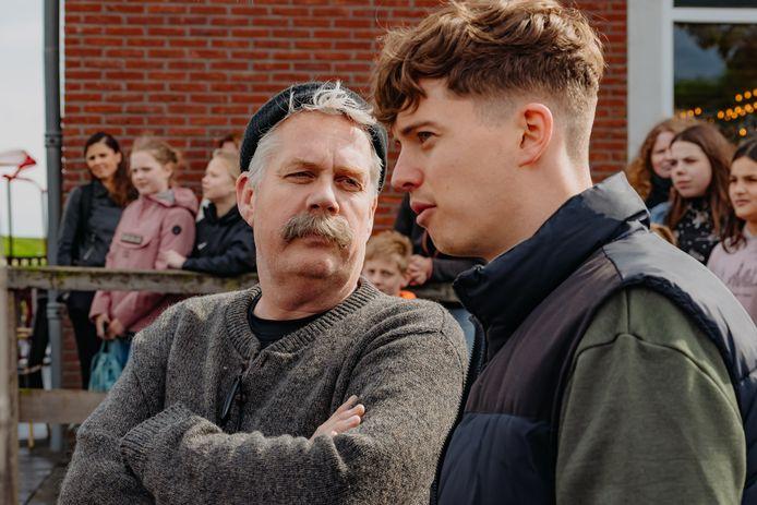 Pjotr Golsteyn (rechts) in de nieuwe kinderfilm 'Berend Botje'. Vanaf komende week is de rapper uit Zutphen in de landelijke bioscopen te zien tussen acteurs als Thomas Acda (links).