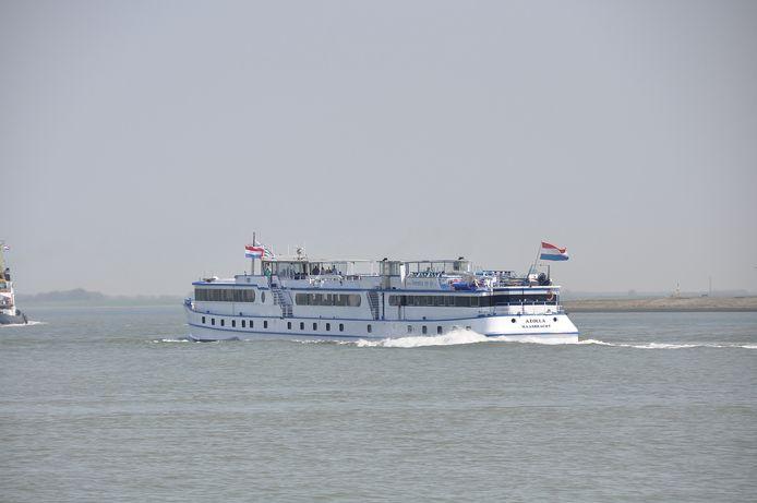 Passagiersschip Azolla op de Westerschelde.
