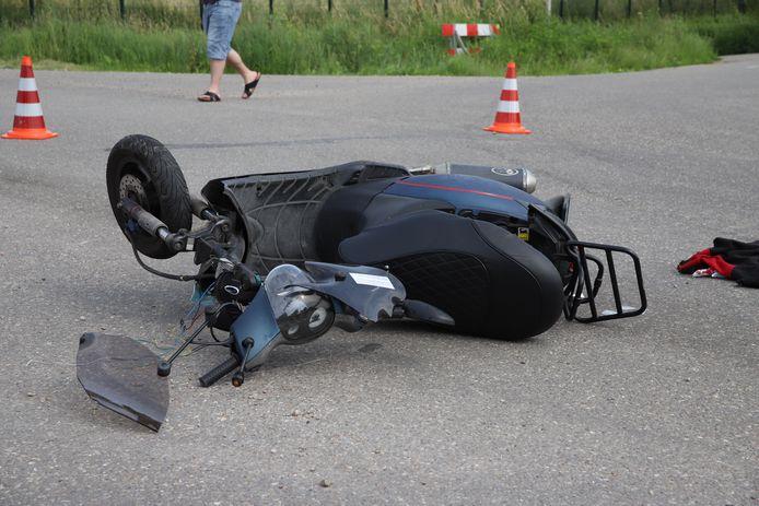 De scooter op de plaats van het ongeval in Tricht.