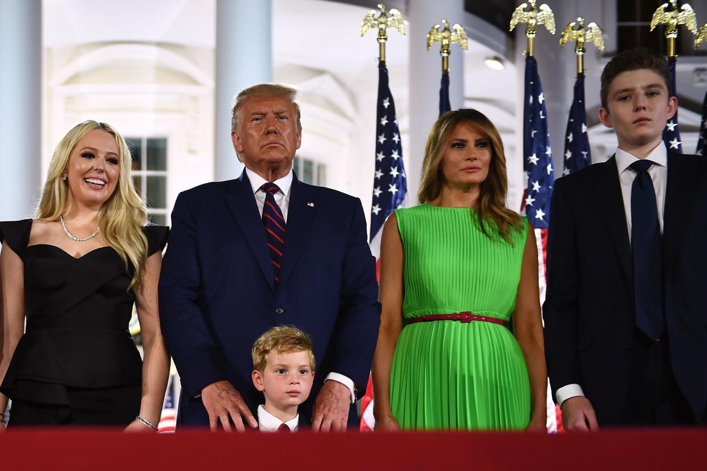 President Trump met zijn familieleden voor het Witte Huis, waar hij door de Republikeinen werd voorgedragen voor een tweede termijn.