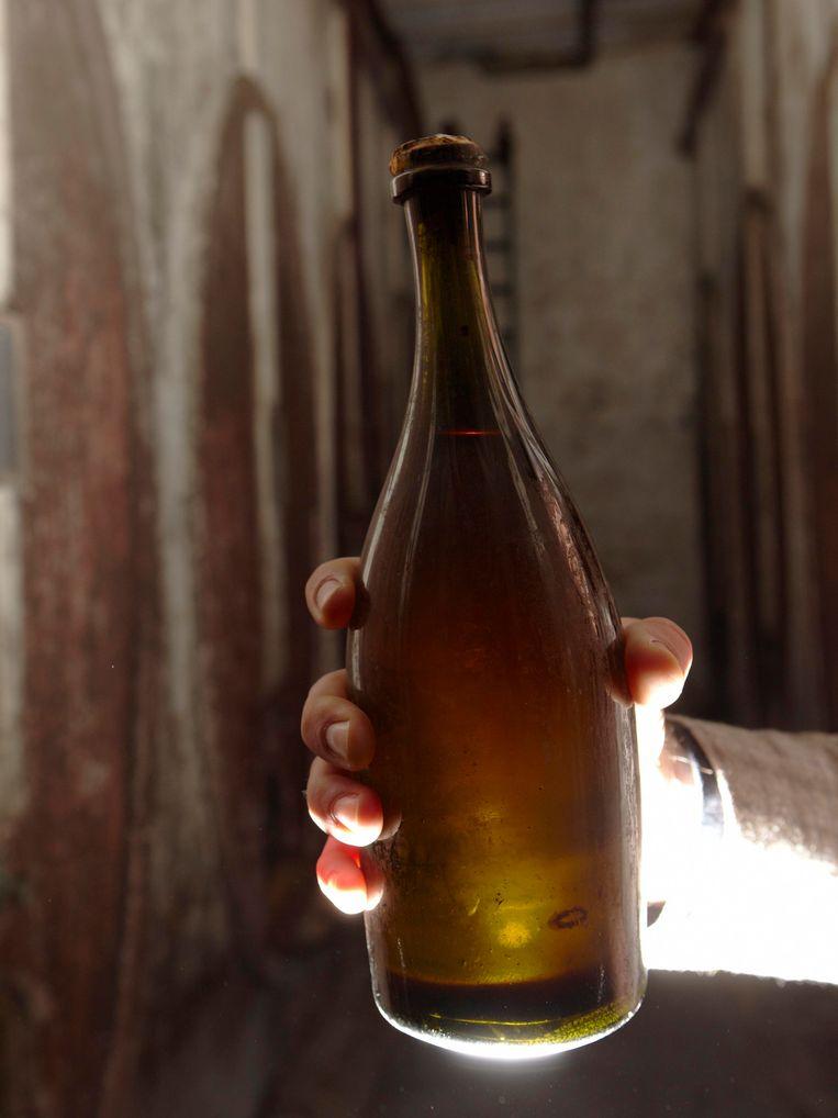 Een fles 'vin jaune' uit 1774 die in 2012 werd geveild. Beeld REUTERS