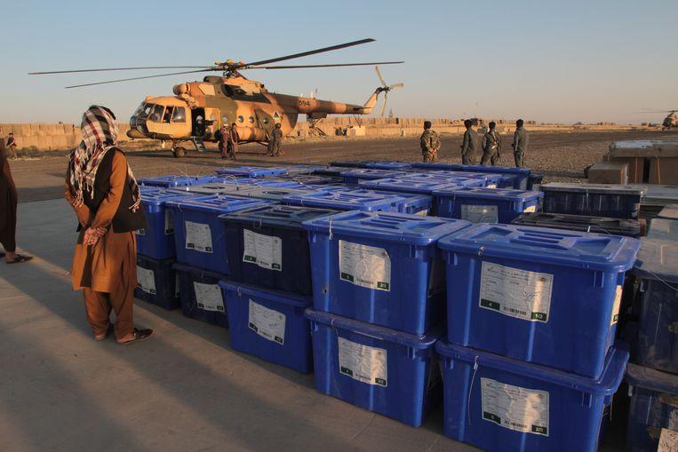 Een helikopter brengt de stembiljetten naar de afgelegen gebieden.  Beeld EPA