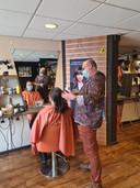 Albert van Zanten voor zijn knipbeurt bij kapper Sander van Dalen.