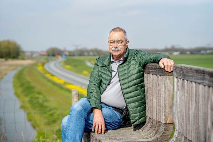 Harry Dillerop, gepensioneerde verkeersdeskundige bij de politie geeft zijn mening over de Maas en Waalweg. Hier op een viaduct op West Maas en Waals grondgebied. Daar zou de weg wat hem betreft een autoweg met 100 kilometer per uur kunnen worden.