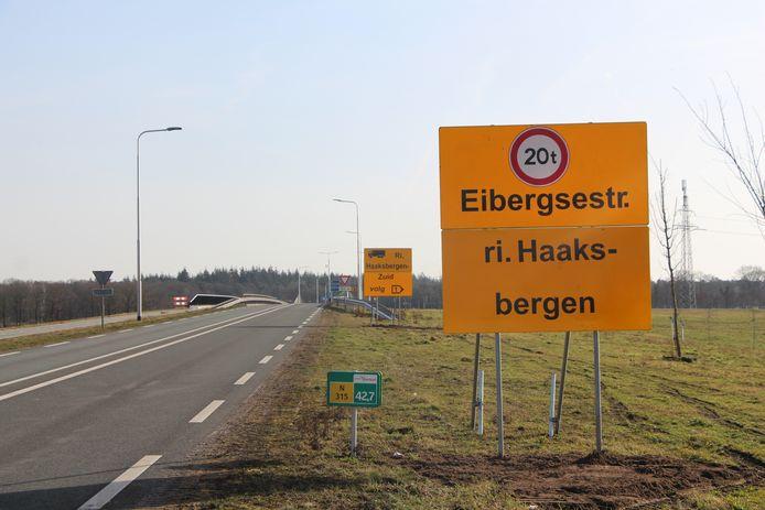 Verkeer wordt ruim van tevoren gewaarschuwd om om te rijden, indien zwaarder dan 20 ton, zoals hier op de N315 vanaf Rietmolen.