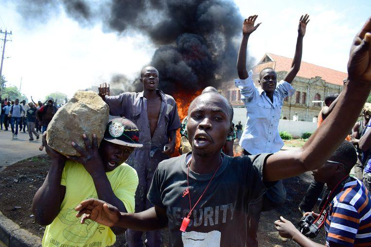 Aanhangers van Odinga gaan in Kisumu de straat op uit protest tegen de verkiezingen. Beeld AFP
