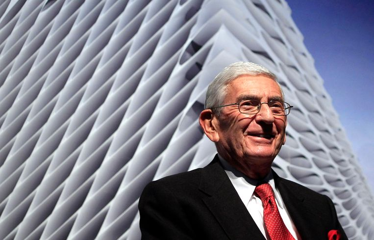 Eli Broad voor zijn museum, The Broad, in Los Angeles. Beeld AP