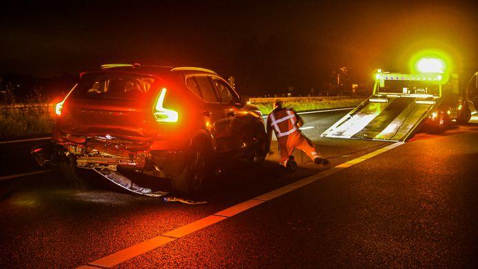 Een van de betrokken auto's wordt weggesleept.