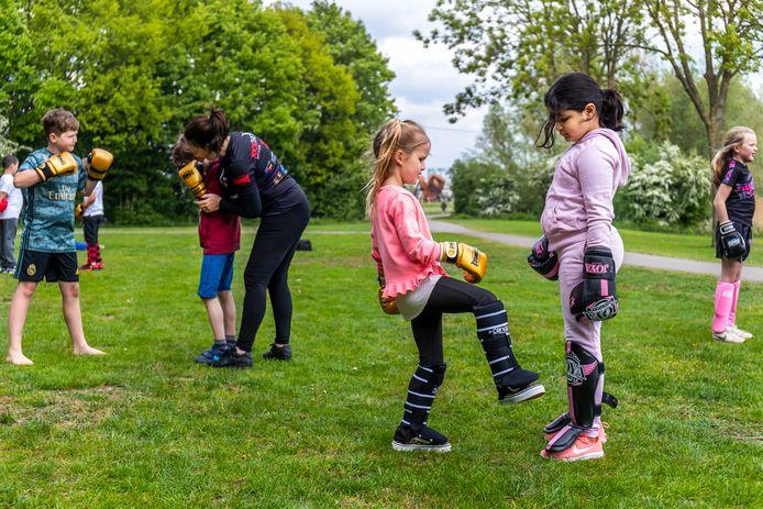 Kinderen krijgen boksles in het park in De Meern.