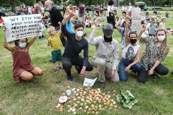 Onder de noemer 'Un oeuf = un oeuf' - of 'Enough is enough' - voerden gisteren 400 mensen actie op Linkeroever tegen de vervuiling op de 3M-site. Op eieren schreven ze protestboodschappen neer.