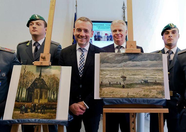 Directeur van het Van Gogh Museum, Axel Rüger, bij de gevonden schilderijen. Beeld ap