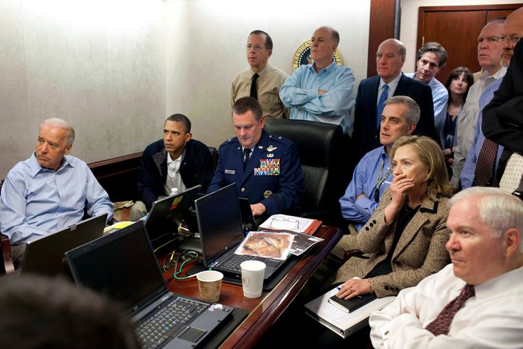 1 mei 2011: President Barack Obama, vicepresident Joe Biden en minister van buitenlandse zaken Hillary Clinton worden in de Situation Room van het Witte Huis gebrieft over de operatie om Osama bin Laden uit te schakelen. Beeld AP