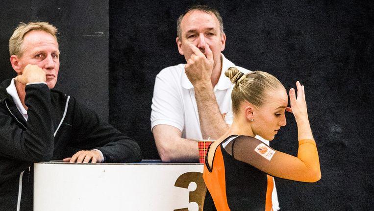Sanne Wevers passeert balend vader en coach Vincent Wevers en krachttrainer Ton Leenders. Beeld Jiri Buller / de Volkskrant