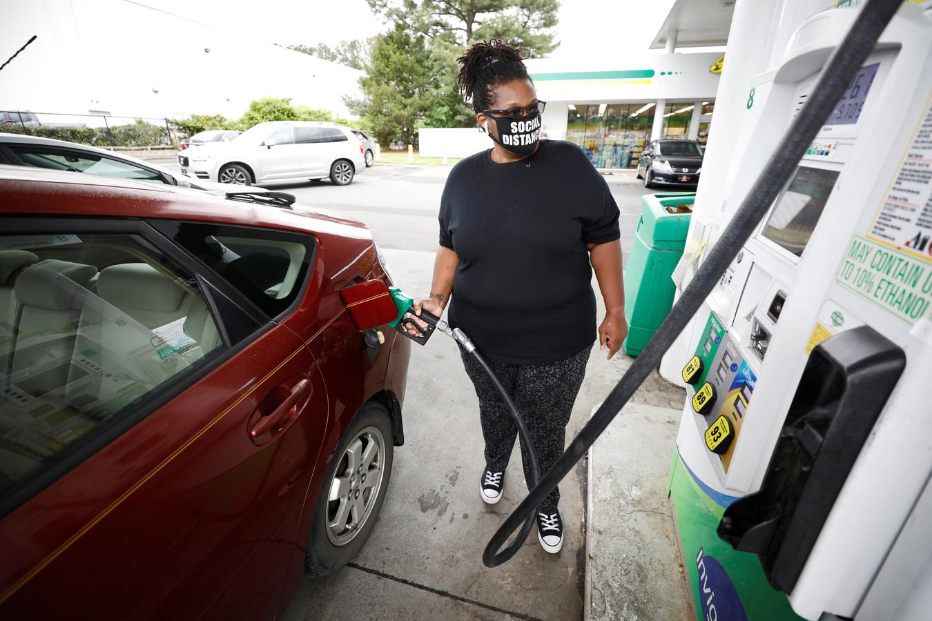 Cherise Jackson tankt haar auto bij in Durham, North Carolina, nadat er bij drie andere pompstations geen benzine meer te krijgen was.