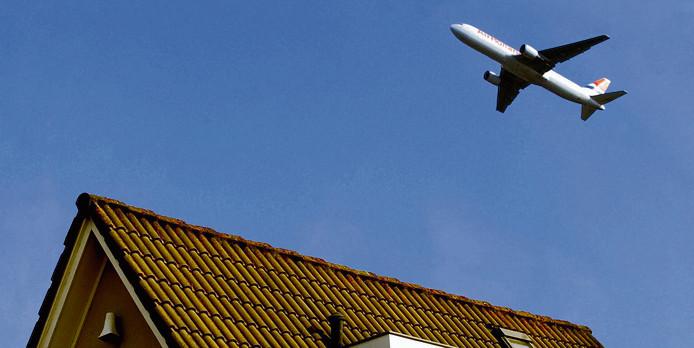 Een vliegtuig maakt zich klaar voor de landing op Schiphol, archieffoto.