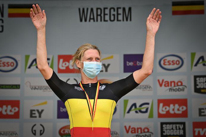 Ellen Van Loy mocht op het podium in Waregem de Belgische driekleur voor rensters van niet-UCI-ploegen aantrekken.