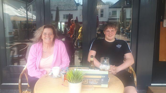 Saskia Torlentino en haar zoon Mitchell op het terras van Grand Café Zeven.