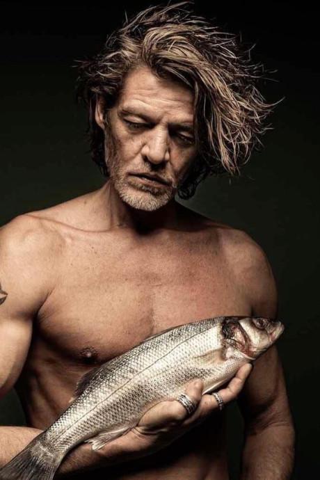 Tygo en Yolanthe poseren naakt met dode vis