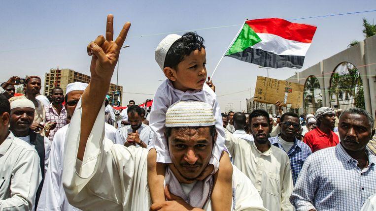 Soedanese betogers in Khartoem willen niets weten van twee jaar militair bewind. Zij eisen een civiel bestuur. Beeld AFP