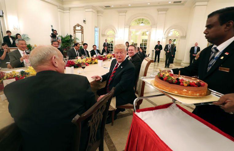 Trump krijgt tijdens een werklunch met de Singaporese premier een verjaardagscake. Hij wordt donderdag 72. Beeld AP
