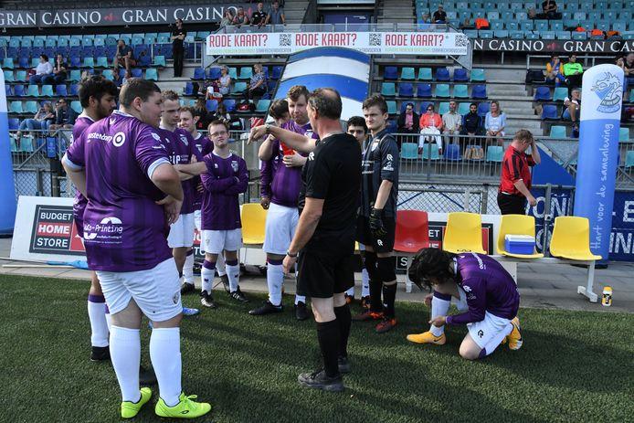 De spelers van FC Engelen krijgen kort voor de wedstrijd nog enkele tactische tips mee van de begeleiding, met op de voorgrond centrumverdediger Joey Vissers.