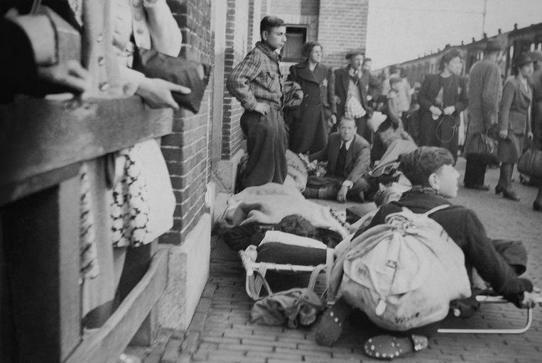 Joden afkomstig uit SS-concentratiekamp Vught wachten op het station van de Brabantse plaats op deportatie naar Westerbork. Vandaar werden zij gedeporteerd naar vernietigingskamp Sobibor, waar vrijwel iedereen op 28 mei 1943 in de gaskamers werd vermoord. Beeld Collectie Nationaal Monument Kamp Vught