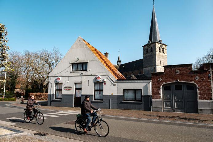 Het centrum van Zandhoven: cafe Sport en de Sint-Amelbergakerk.