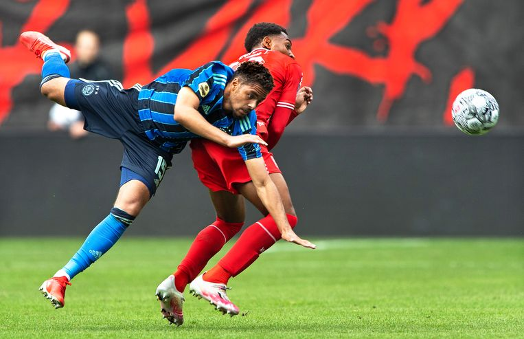 Fel duel tussen Devyne Rensch van Ajax ( links) en Denilho Cleonise van FC Twente.  Beeld Klaas Jan van der Weij / de Volkskrant