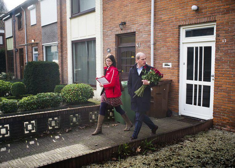 PvdA-leider Diederik Samson en Miriam Haagh, lijsttrekker van de PvdA in Breda, gaan in aanloop naar de gemeenteraadsverkiezingen met rozen langs de deur. Beeld null
