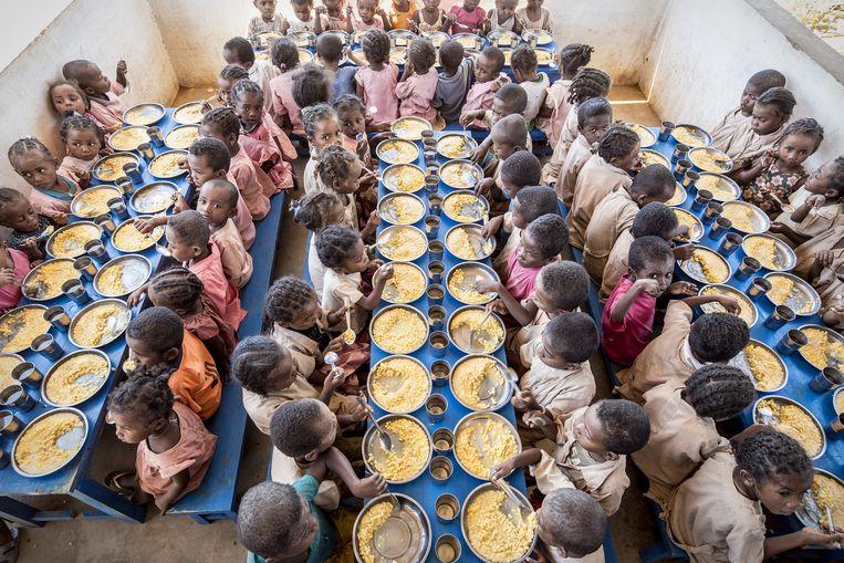 Kinderen krijgen op school een bord maïs van het Wereldvoedselprogramma van de VN Beeld Sven Torfinn / de Volkskrant