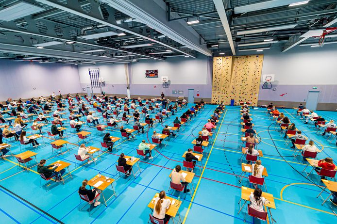 De schoolexamens zijn vandaag begonnen. Zoals hier op het Krimpenerwaard College in Krimpen aan den IJssel, waar de leerlingen zwoegen voor hun diploma. Vandaag stonden de vakken Nederlands (mavo), bedrijfseconomie (havo) en wiskunde (vwo) op het programma.