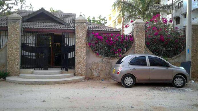 Hoofdingang van het appartementencomplex Roco in de buitenwijk Shanzu waar Herman Rouwenhorst (55), naar Keniaanse begrippen een 'multimiljonair', zou zijn vermoord.