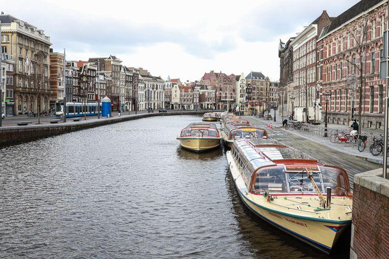 Rondvaartboten in Amsterdam liggen stil door de coronacrisis. Beeld Anouk Hulsebosch