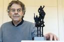 Beeldhouwer Henny Zandjans met zijn winnend ontwerp voor een kunstwerk op het Plein onder de Platanen