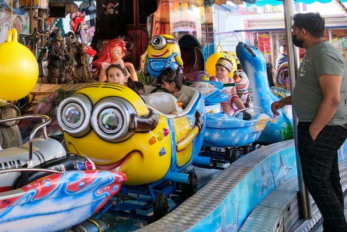 Kinderen wachten af tot de attractie opnieuw opstart.
